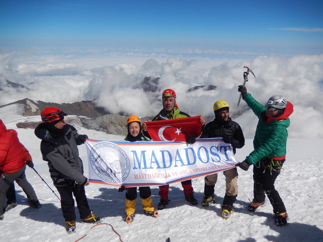 MADADOST Kazbek Dağı ve Büyük Demirkazık Dağı Zirve Tırmanışlarını gerçekleştirdi.
