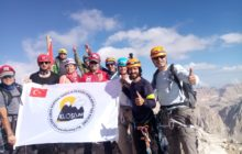 Klosdag, Demirkazık Dağı Doğu Çarşağı Rotası'ndan zirve tırmanışı gerçekleştirmiştir.
